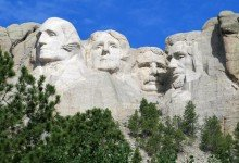 Präsidentenköpfe für die Ewigkeit: Am Mount Rushmore wurden vier Helden der US-Geschichte in Granit gemeißelt (l-r): George Washington, Thomas Jefferson, Theodore Roosevelt und Abraham Lincoln. Foto: Christian Röwekamp
