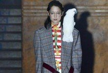 Kreation mit Papagei: Gucci auf der Pariser Fashion Week. Foto: Fashionpps/ZUMA
