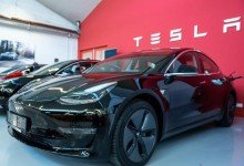 Ein Tesla Model 3 in einem Tesla Service Center in Frankfurt. Foto: Silas Stein