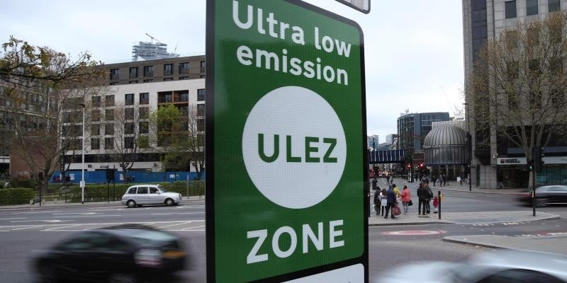 Grüne Schilder weisen in London auf die «Ultra Low Emission Zone» hin. Foto: Yui Mok/PA Wire