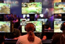 Besucher der Gamescom spielen «World of Warcraft» des Spielentwicklers Blizzard Entertainment. Foto: Oliver Berg/dpa